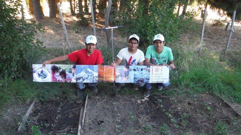 Los tres jóvenes emprendedores tuvieron una gran idea y ahora compiten en la final de la feria de ciencias internacional.