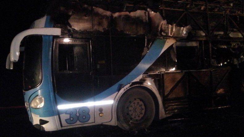 Susto: las llamas devoraron totalmente un colectivo de El Petróleo sobre la Ruta 22