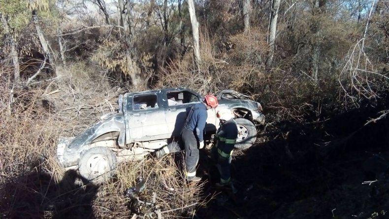 La camioneta cayó más de 50 metros por el barranco.