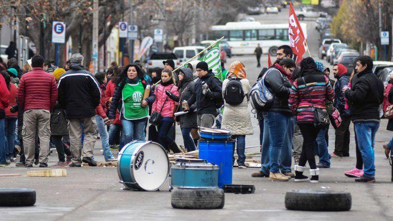 Los estatales amenazan con seguir endureciendo las protestas si el Gobierno no les otorga el aumento salarial que piden. Los maestros también se sumarán hoy al paro.
