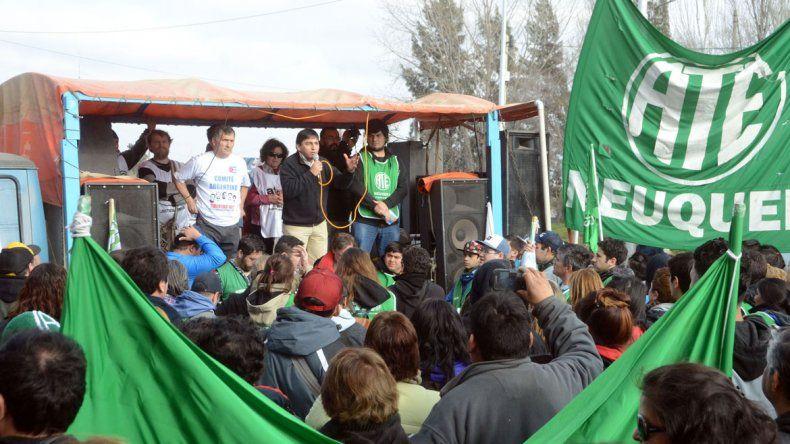 A pie y hasta en silla de ruedas. Miles de personas sufrieron la medida de ATE. Dirigentes y afiliados bloquearon rutas en toda la provincia e hicieron una choripaneada cerca del mediodía.