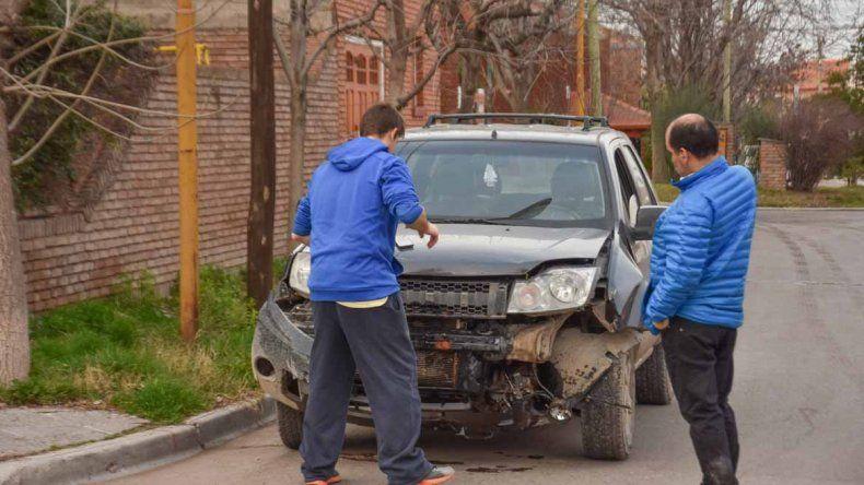 Una camioneta casi se mete en una vivienda tras chocar contra otro vehículo