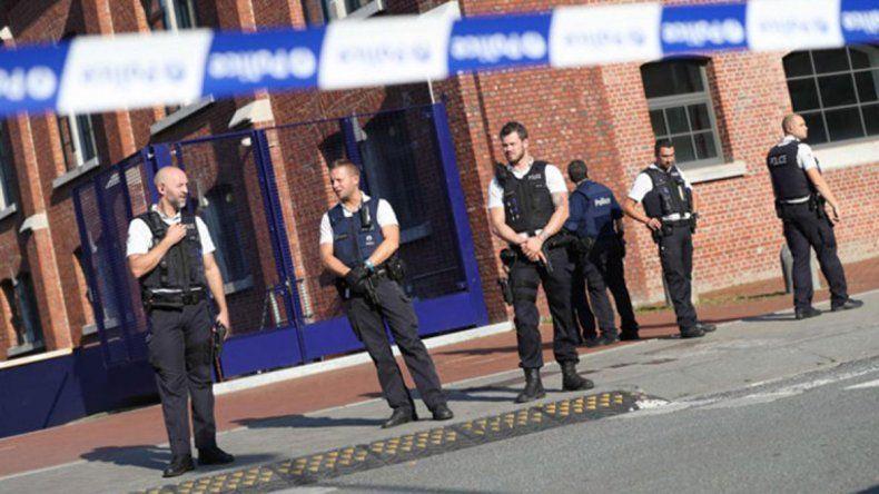 Una de las dos agentes deberá ser operada. Otro policía mató al agresor.