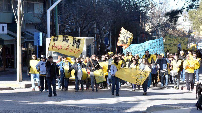 Enfermeros de toda la provincia marcharon por el centro
