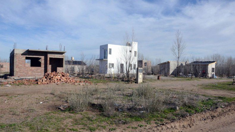 Los terrenos donde se construyen las viviendas están cerrados con candados. Los damnificados protestaron en la Ciudad Judicial.