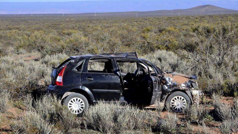 El Citroën C4 dio unos seis tumbos y quedó destruido en un campo.