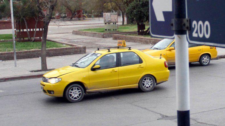Taxista asistió a una mujer que tuvo a su beba en la calle