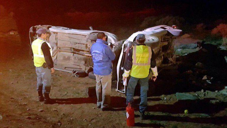 Un hombre está grave tras un brutal choque y vuelco entre un auto y una camioneta