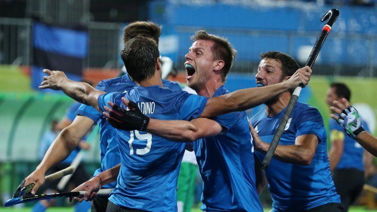 El equipo de hockey masculino venció 3-2 a los europeos en la última fecha de la fase de grupos y clasificó a la siguiente instancia.