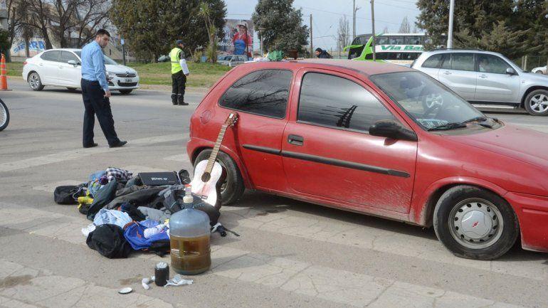 Los tres jóvenes llevaban droga en un frasco y cerveza en un bidón.