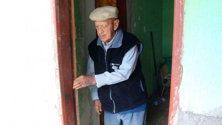 Joel mostró las roturas en la puerta que le provocó el ladrón cuando entró a la vivienda.