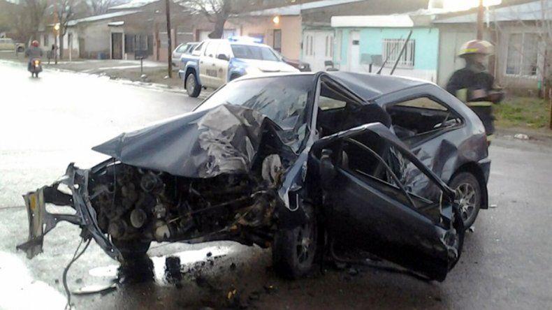 Impresionante accidente de un policía que chocó contra un árbol