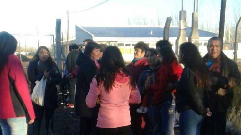 Padres y alumnos de la EPEA 3 de San Patricio del Chañar.