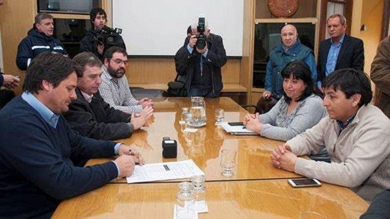 El Gobierno y los estatales firmaron el acuerdo de aumento
