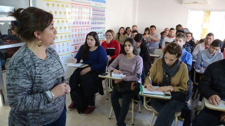 Una empleada municipal durante la charla teórica a los aspirantes a obtener un registro de conducir en Neuquén.
