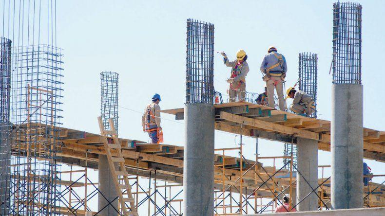 El estado recesivo de la economía afecta este año a la construcción. En Neuquén la situación enciende la alarma.