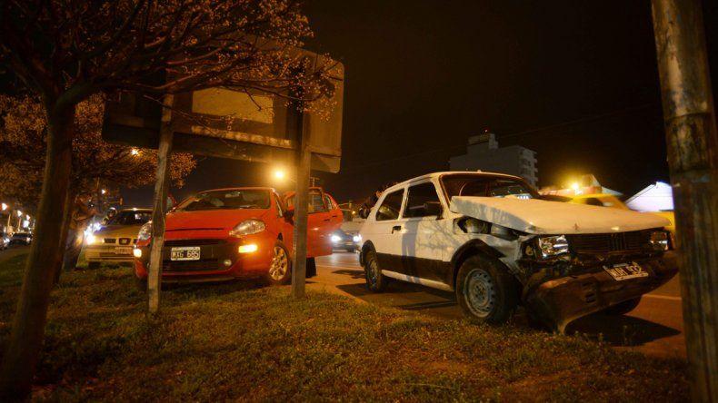 Un Fiat 147 no alcanzó a frenar y chocó a dos autos en la Ruta 22