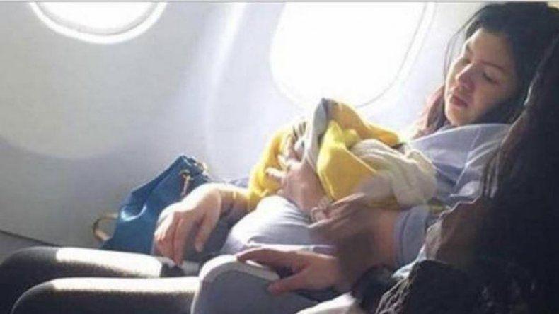 Dos enfermeras que iban en el vuelo ayudaron en el trabajo de parto.