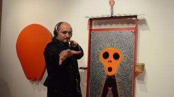El artista junto a una de sus obras el día de la inauguración de la muestra.
