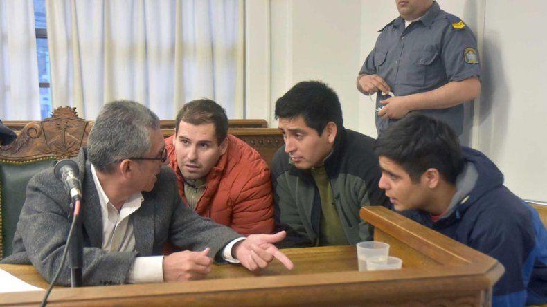 Los tres acusados escucharon atentamente la estrategia del defensor.