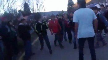 Una breve secuencia del video en el que mostraron la pelea entre los dos alumnos. El enfrentamiento duró hasta que el joven de campera oscura sacó un cuchillo.