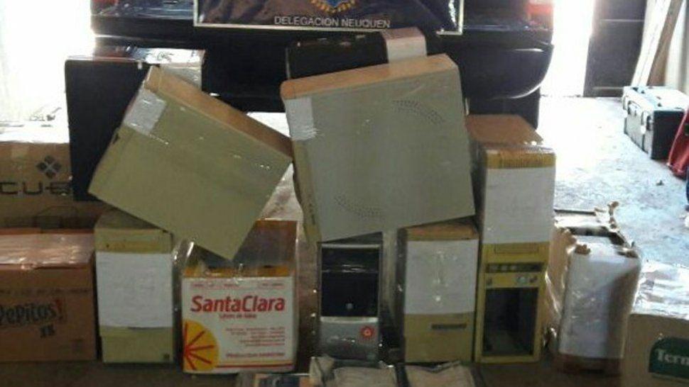 El procedimiento lo realizó al Policía Federal en la calle Los Mayas al 500 de Centenario. Secuestraron computadoras, discos rígidos, cámaras de foto, revistas porno, 800 CD y celulares.