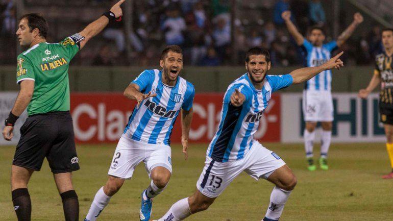 Emiliano Insúa festeja con sus compañeros el segundo gol de Racing en el cotejo por 16 avos de final