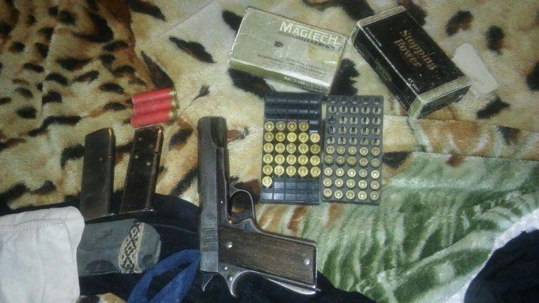 Dos detenidos con armas en allanamientos en el Oeste