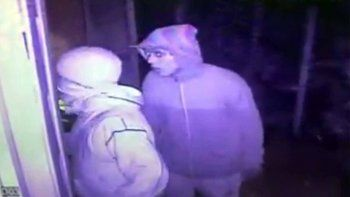 escracho en facebook a los ladrones que entraron en su casa y quedaron grabados