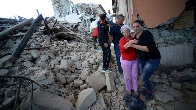 Todavía siguen buscando entre los escombros y las muertes podrían duplicarse. El sismo fue de seis grados en la escala de Richter y lo más duro fue que el temblor duró más de dos minutos.