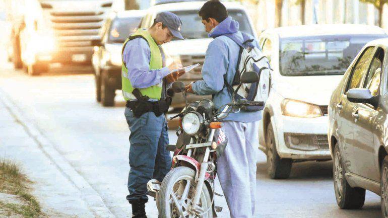 Un efectivo policial labrando un acta de infracción en un operativo de tránsito.