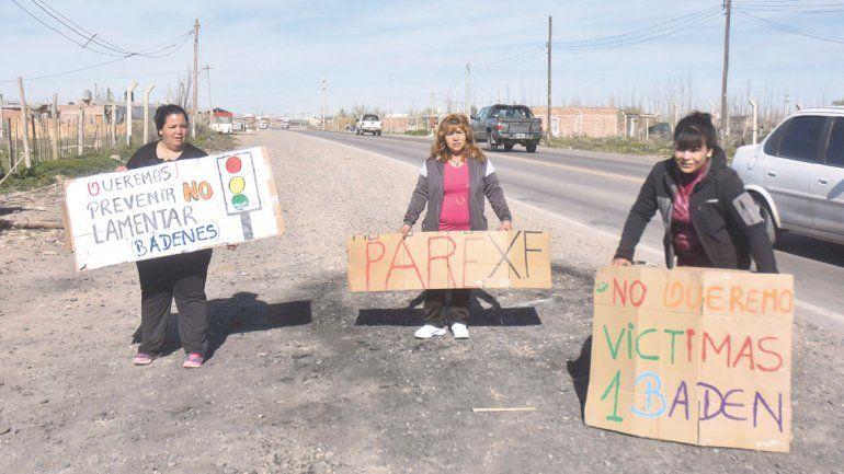 La calle Trabajadores de la Industria tiene 1800 metros. Los vecinos de la toma Ruca Antú reclaman lomos de burro para evitar una tragedia.