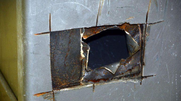El ladrón rompió las rejas de una ventana y fue directo a la caja fuerte