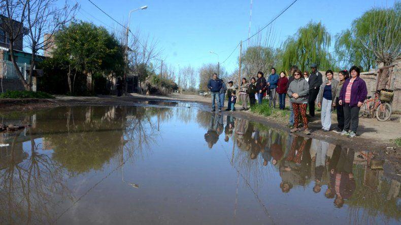 En el barrio El Bosque de Plottier reclaman por las calles inundadas.