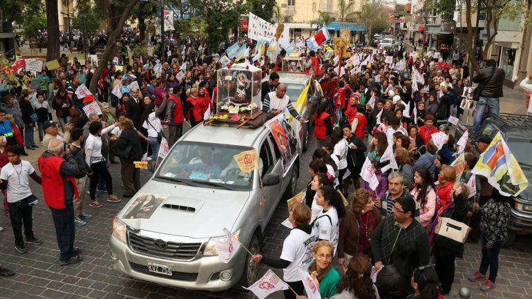 Muchísima gente fue a presenciar el momento a la plaza Monseñor Sueldo.