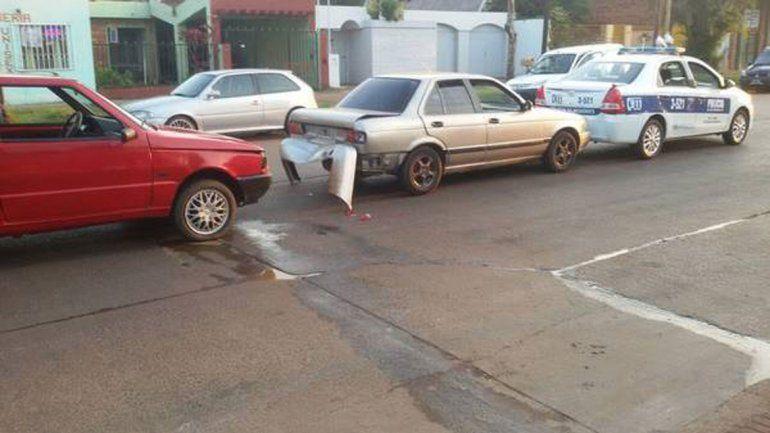 El Fiat Uno rojo de Nahuel Páez chocó al Nissan y este al patrullero. Sólo hubo daños materiales.