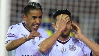 Lautaro Acosta festeja su gol y primero de Lanús, despues del remate que se convierte en gol, se desgarra.