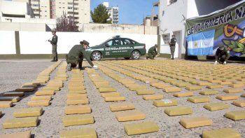 Bajo un intenso operativo de seguridad, los 838 ladrillos de marihuana fueron expuestos en el patio del Escuadrón Comahue de Gendarmería. Eran transportados en el doble fondo de un chulengo.
