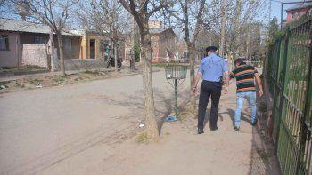 La Policía y un vecino señalando el lugar donde se desplomó un joven de 27 años, involucrado en el tiroteo.