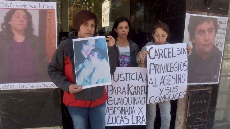 La familia de la joven acribillada protestó frente a la sala de audiencias.