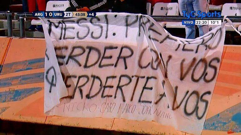 Locura por Messi en las tribunas reflejada en esta bandera: Prefiero perder con vos que perderte a vos.