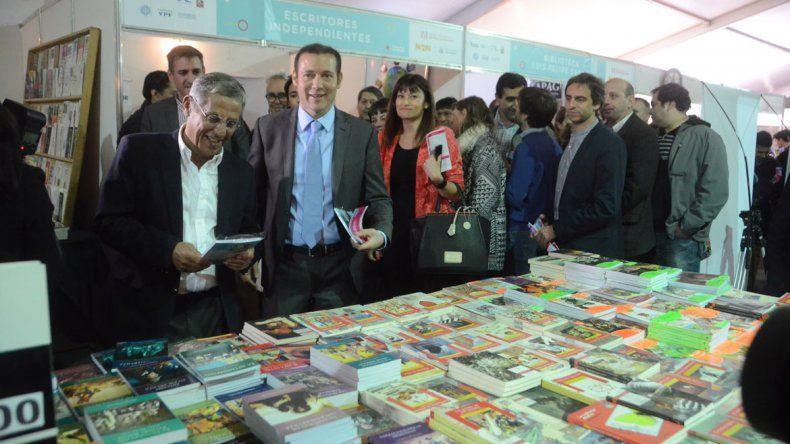 La Feria del Libro de Neuquén ya tiene las puertas abiertas. Durante dos semanas se transformará en una cita interesante para los lectores. Fue inaugurada oficialmente ayer por las autoridades.