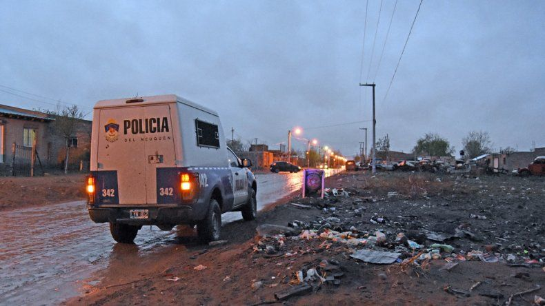 Barrio Hipódromo: lo balearon en una pierna para robarle el celular en plena calle