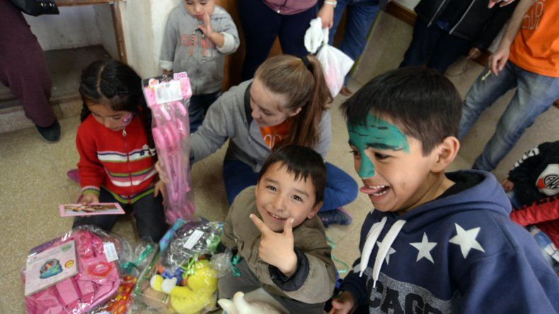 Los niños recibieron regalos y golosinas que disfrutaron en familia.
