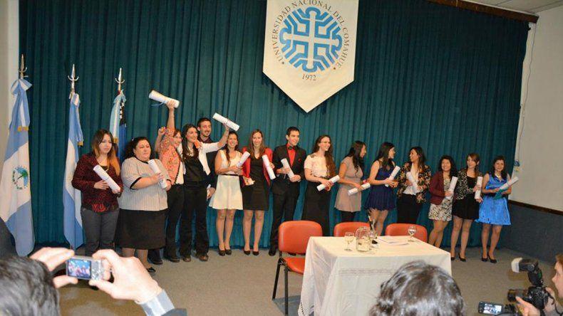 Los nuevos profesionales egresados de la Facultad de Economía y Administración durante la colación de grado realizada en el Aula Magna de la universidad.