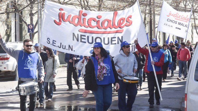 Ayer protestaron frente al TSJ. Piden el 20% para el semestre.