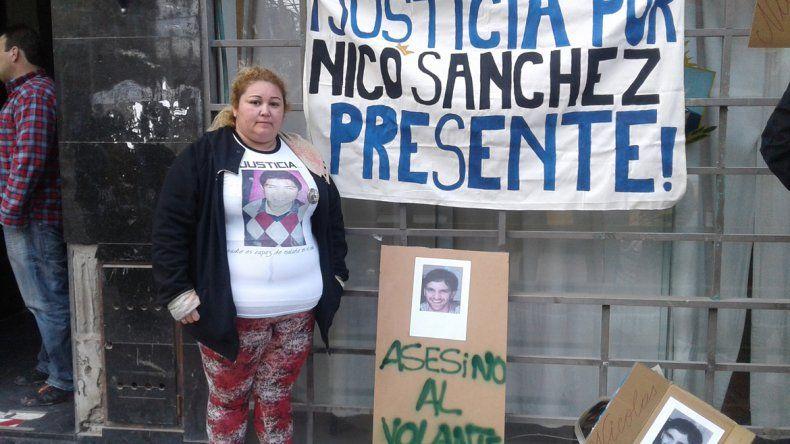 Patricia Bustos reclamó en las puertas de las salas de Yrigoyen.