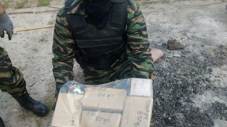 El allanamiento lo realizó la División Antinarcóticos de la Policía. Los ladrillos de droga fueron secuestrados.