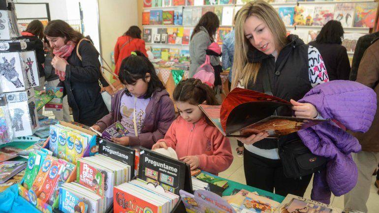 Las ofertas son bienvenidas por quienes recorren los stands de la cuarta Feria Internacional del Libro neuquina.