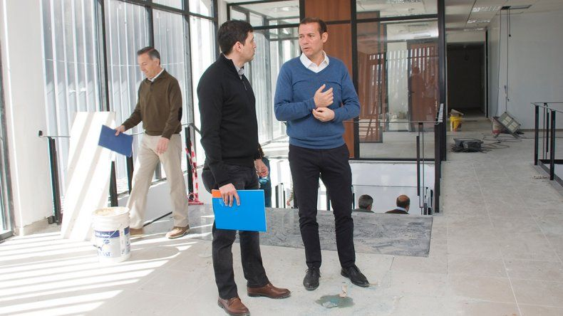 El gobernador Omar Gutiérrez recorrió ayer las obras que se realizan en el nuevo edificio de la entidad bancaria.